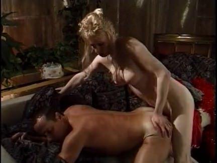 Ледибои Порно Блондинка трансексуалы трахается на диване секс видео