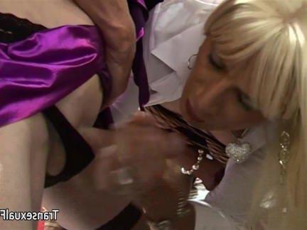 Транссексуалы Порно Три любитель trannys дающий устные секс видео