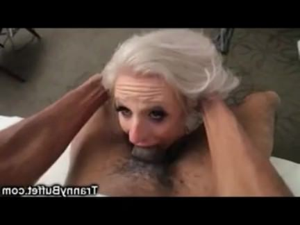Трансвеститы Порно Паря дрюкает в жопу пожилого шмеля на кровати секс видео