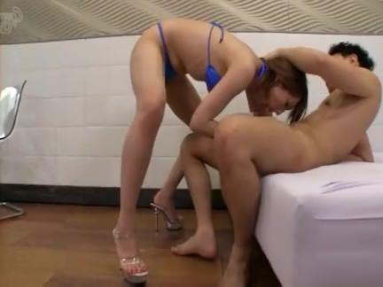 Шмели Порно Трансик нежно имеет в жопку свою подругу с волосатой киской секс видео
