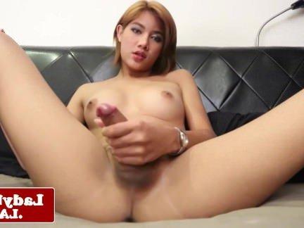 Ледибои Порно Чувственная азиатская трансексуалка теребит свой пенис сняв джинсовые шортики секс видео