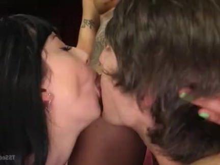 Трапы Порно Молодая пара нанимает трансушку Флорес у которой огромный черный член секс видео