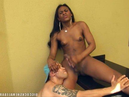 Трансы Порно Огромный член перла трахает дерьмо из этого парня рядом с ней монстр секс видео