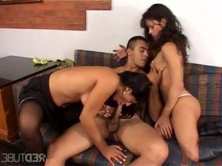 Шимейлы Порно Три Хорни на диване секс видео
