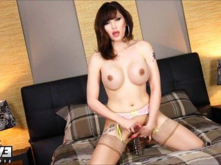Гермафродиты Порно Ева Лин играет со своим любимым розовым дилдо секс видео
